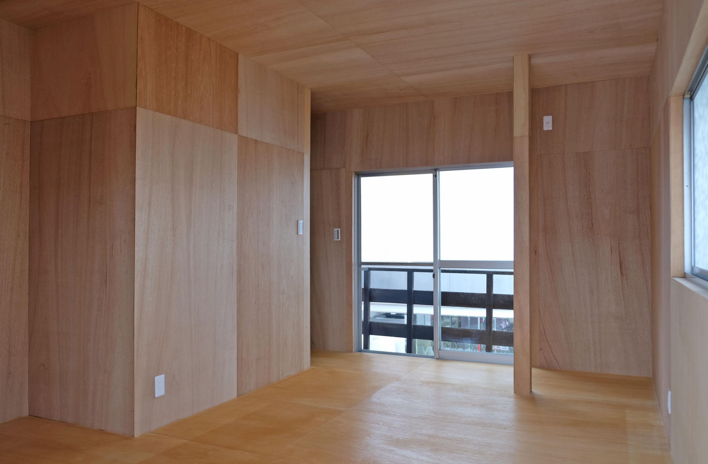 離れ2階。3面窓で明るくすっきりしてます。
