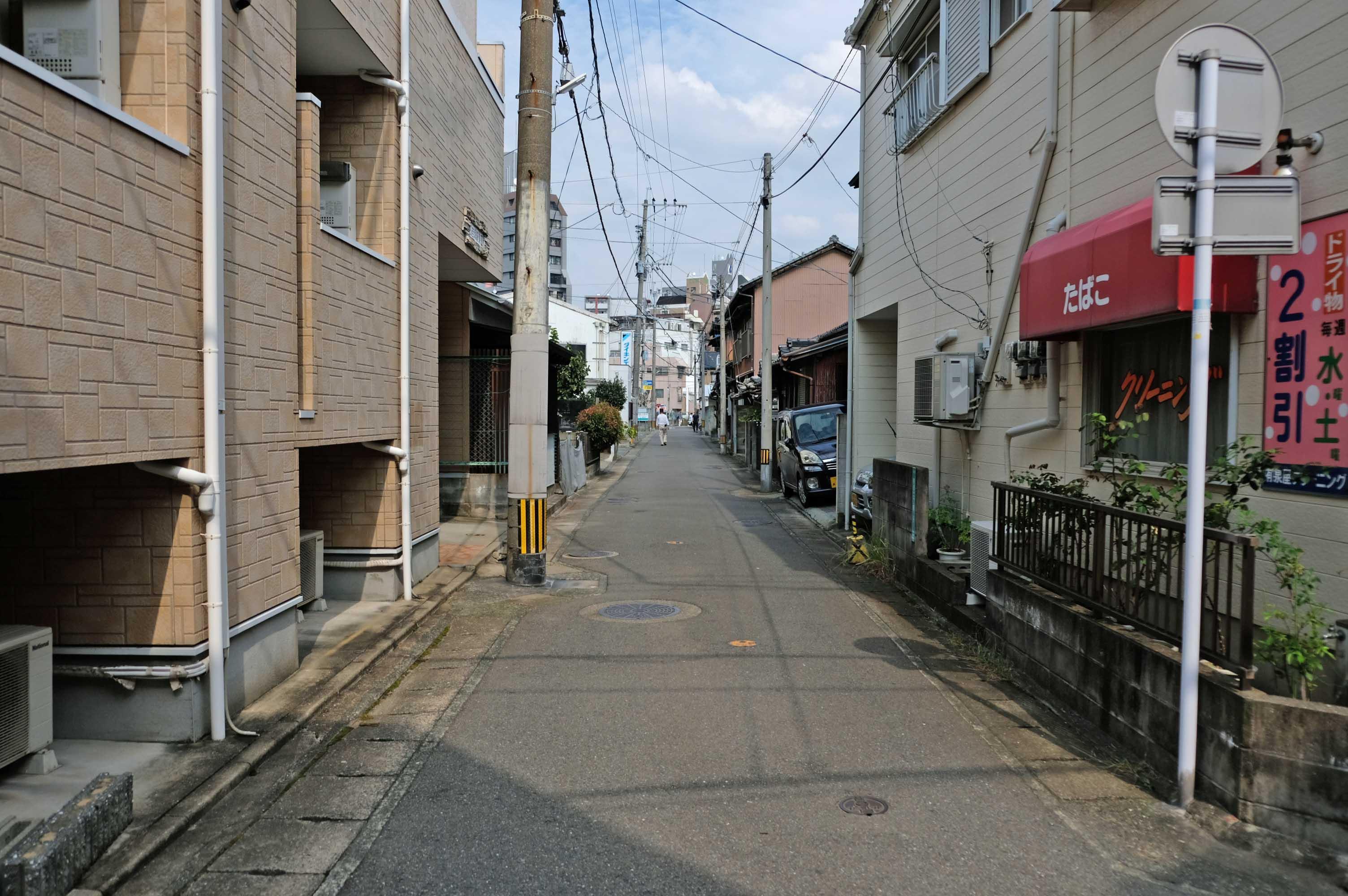 前面道路。静かな路地です。