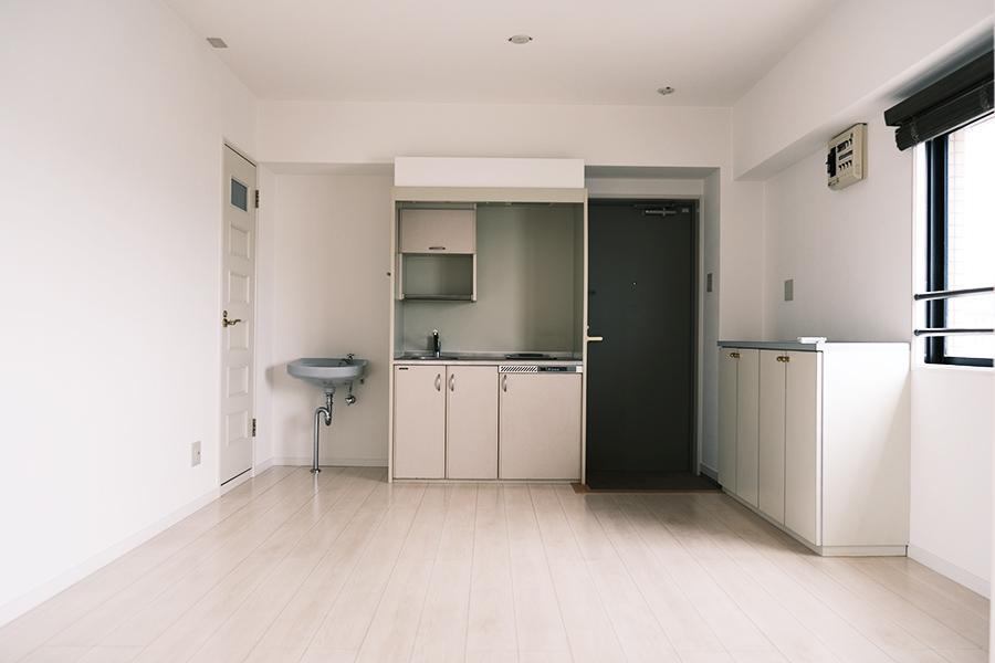 上階。ミニキッチン、洗面台、トイレ、玄関付き。