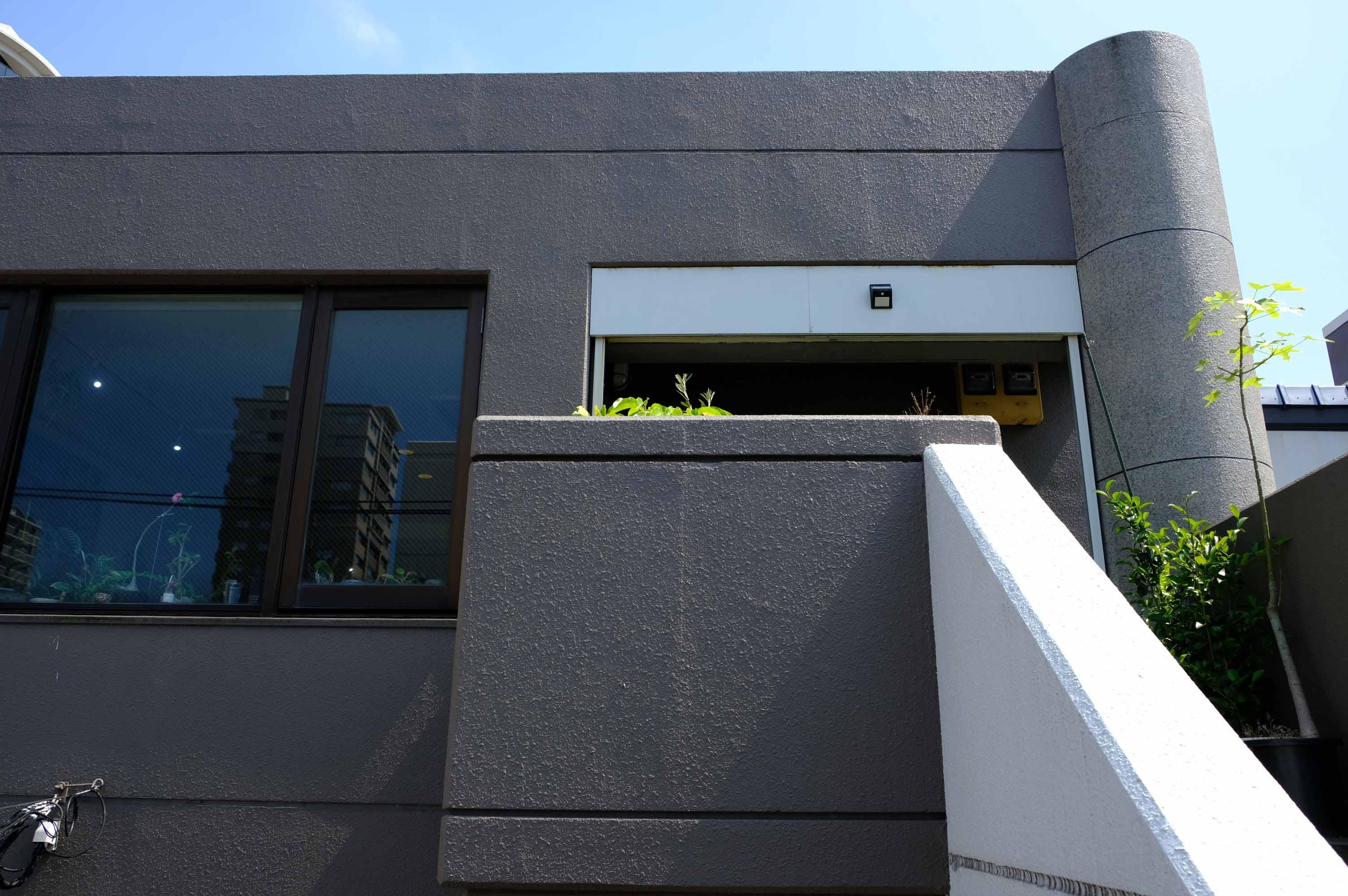 入口付近。階段3階ですが、まぁ弊社も階段3階です。