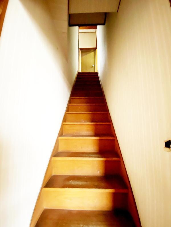 階段は急かつ狭めです