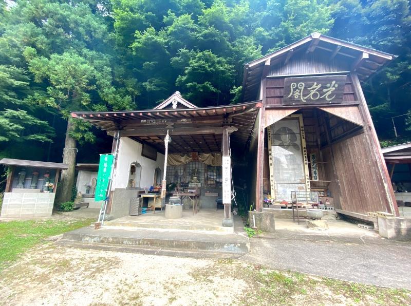 周辺には由緒あるお寺や建造物など