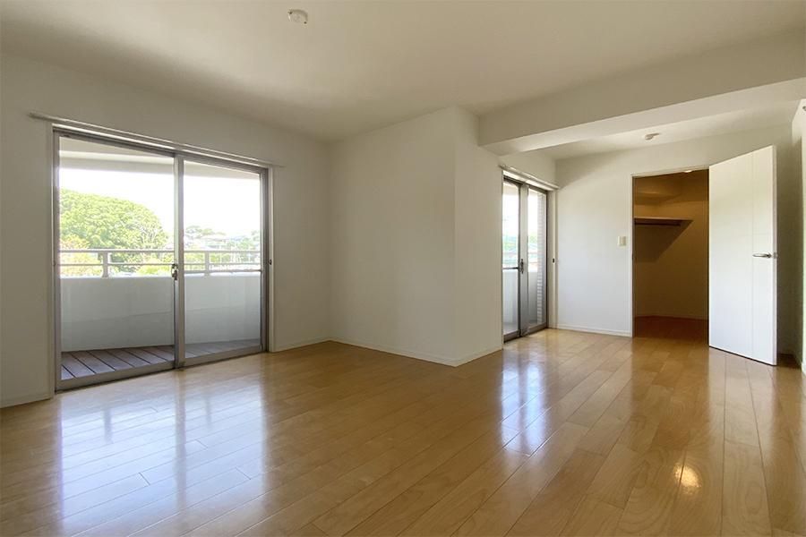 こちらはより広々とした洋室。