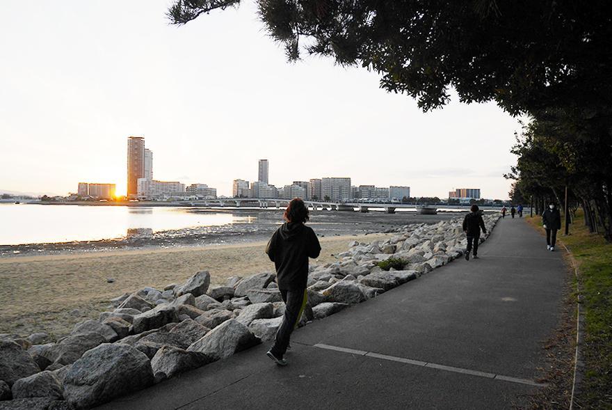ビーチ沿いは散歩やランニングの定番コースになっています。