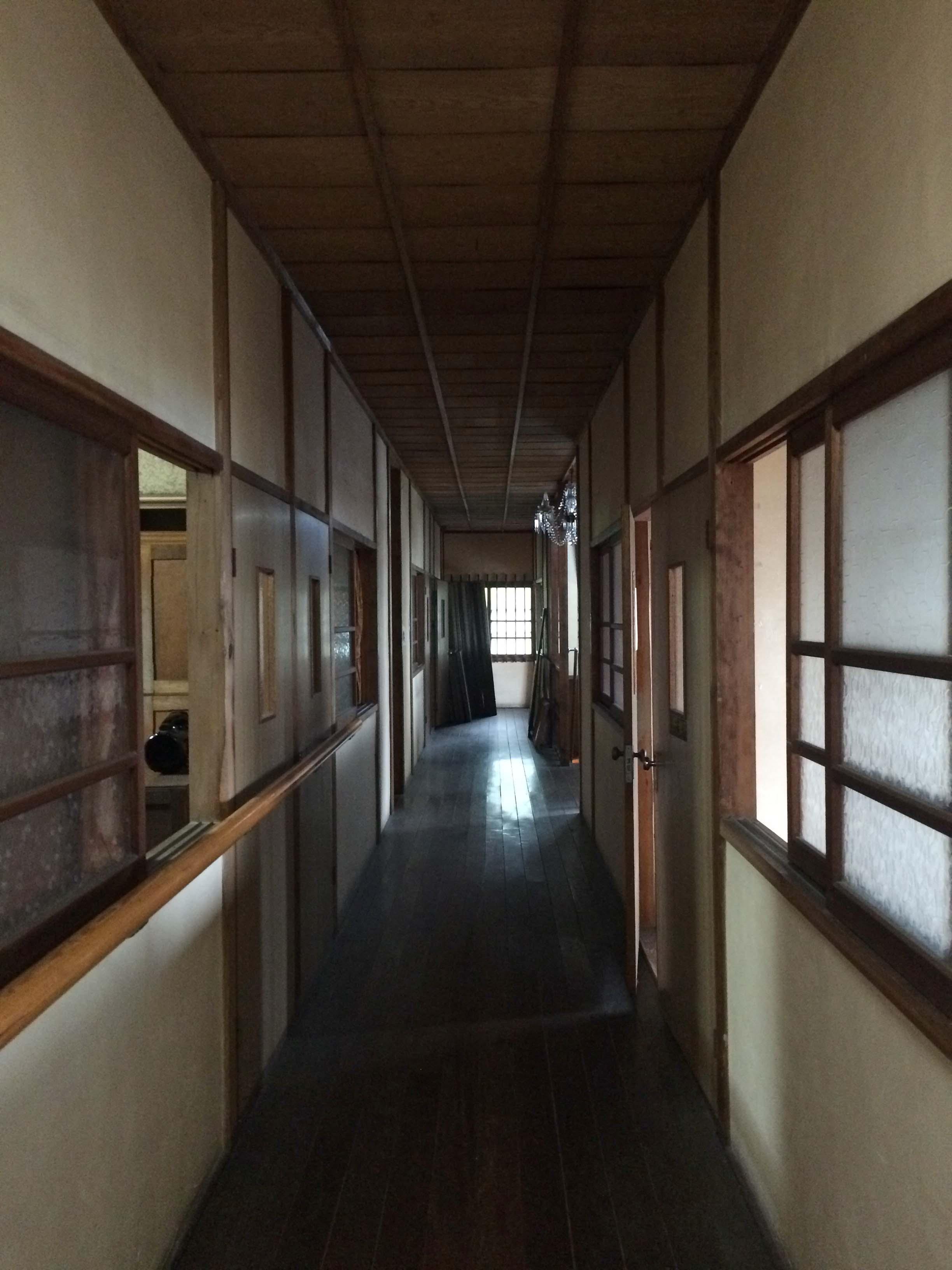 この廊下の雰囲気がまた絶妙にいいんです