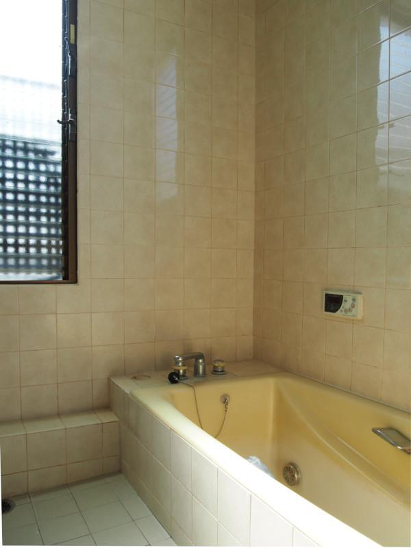 風呂にも大きな窓が。