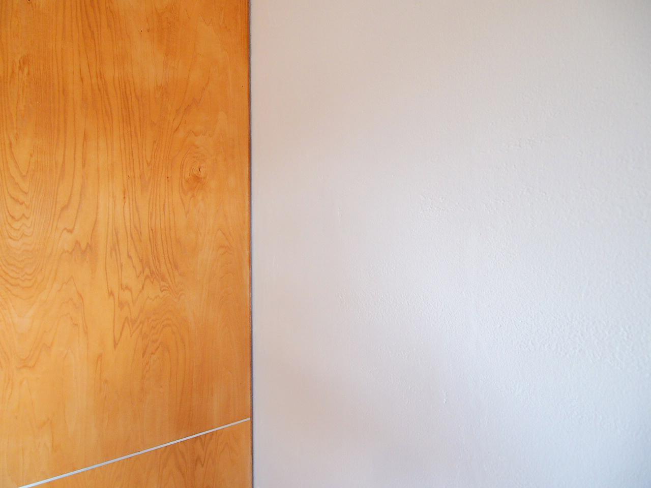 建具の木の質感と漆喰の相性がバッチリ