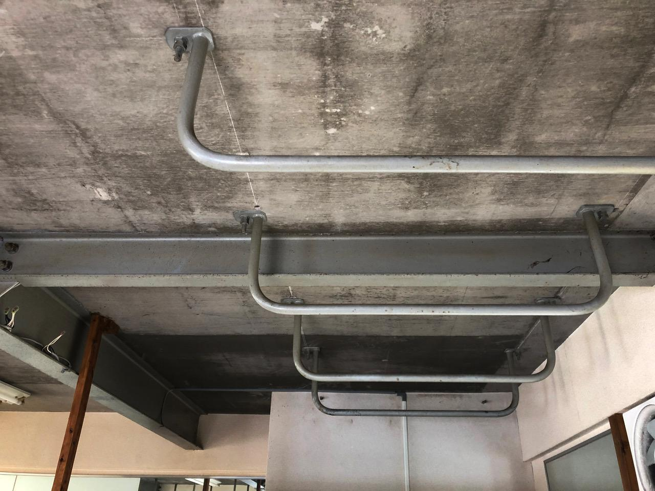 天井には鉄のバー。収納として使っていたのかな