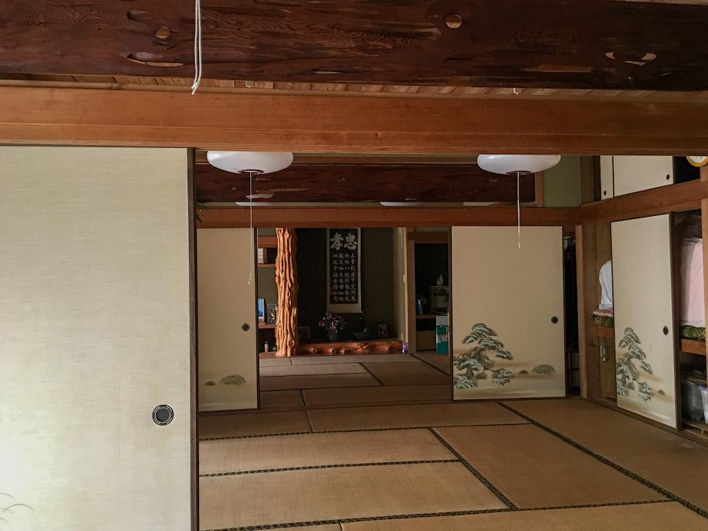 """趣ある和室。地元の料理に鹿児島のお酒で宴会をして""""よか晩""""を過ごすにはぴったり。"""