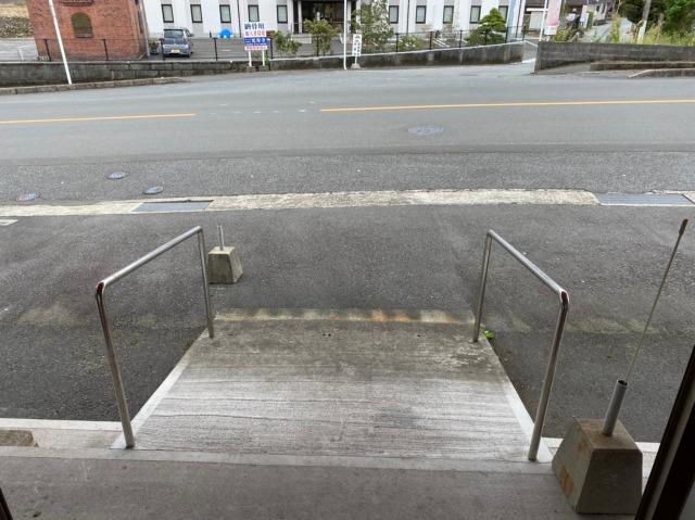入口のゆったりした設計のスロープ。