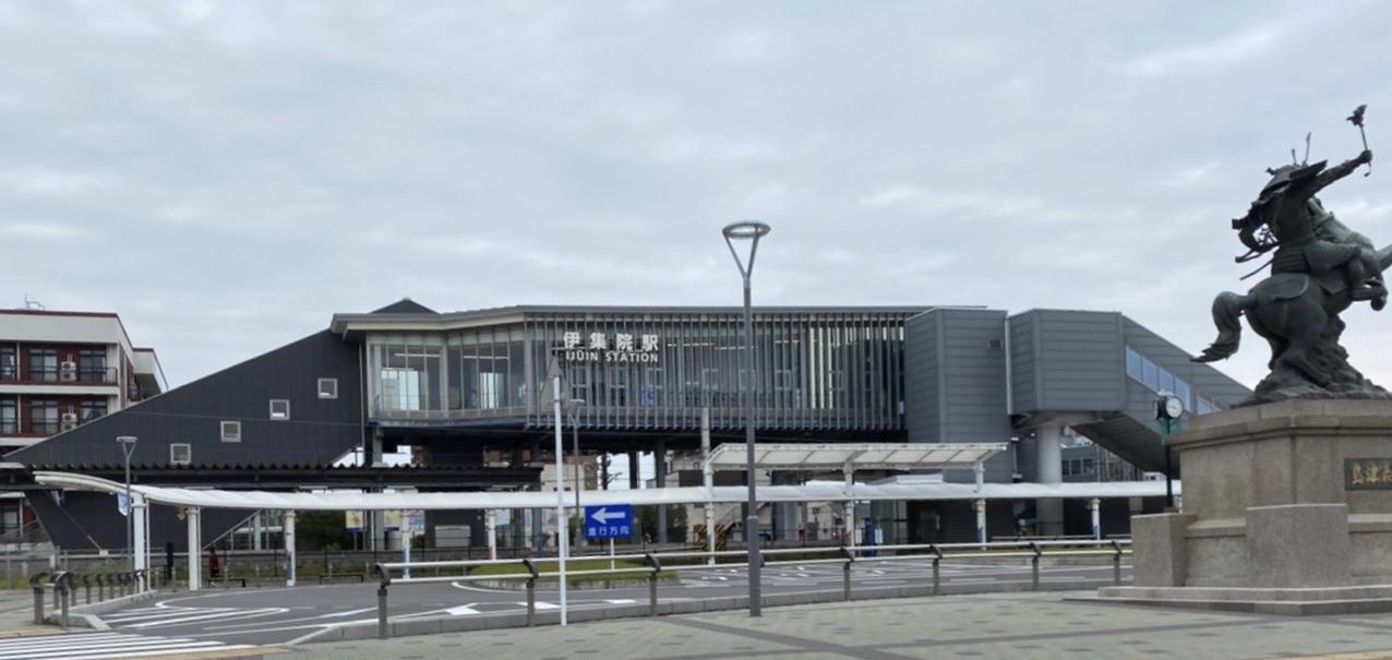 2015年に駅舎が橋上駅火され、リニューアルした伊集院駅。