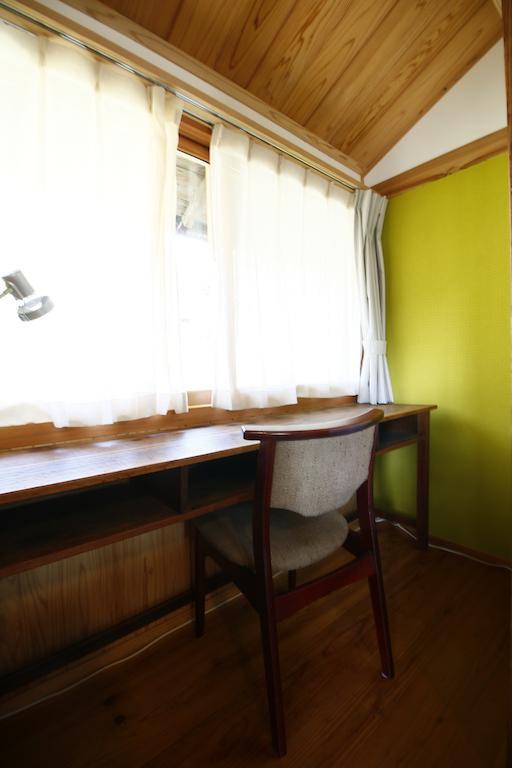 モダンなベッドルーム横の書斎。築100年でもテレワーク対応。