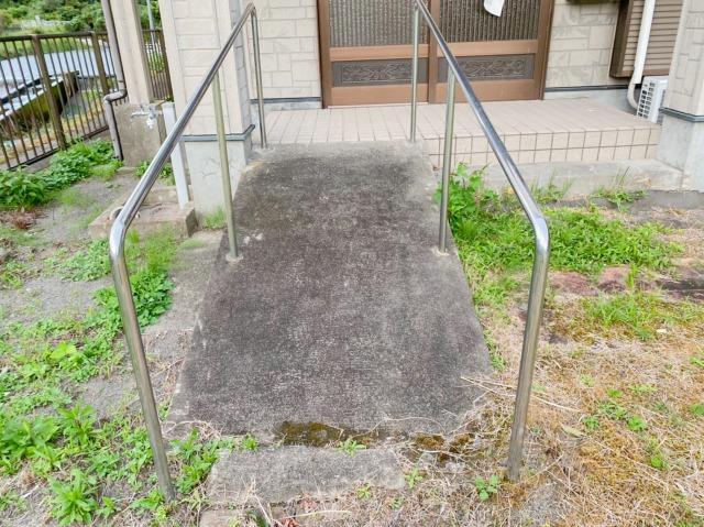 玄関のスロープから、細かい心遣いが見られる