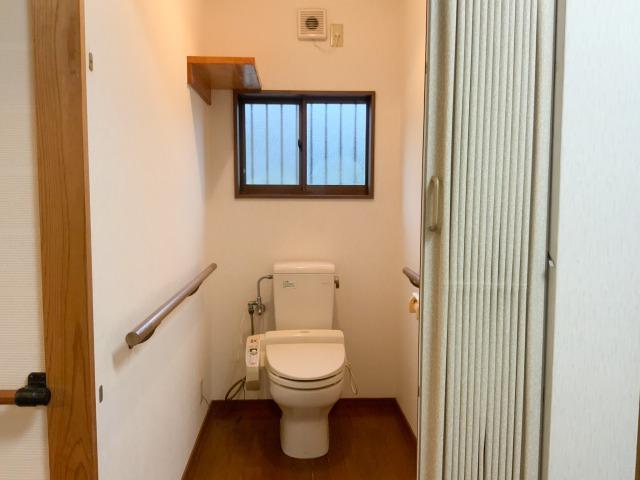 トイレもバリアフリー。車いすでも中に入れる広さ。
