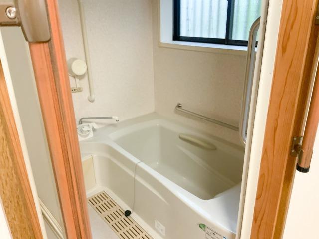清潔感ある白で統一されたお風呂