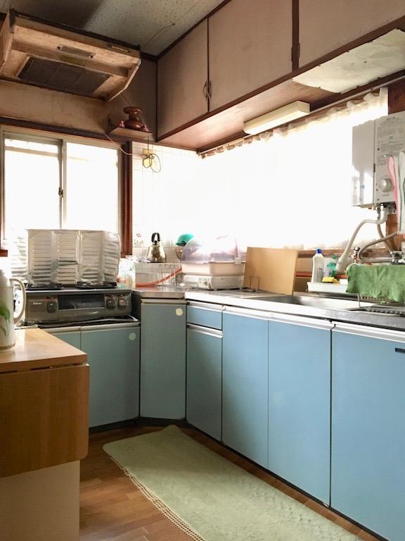 こぢんまりとした使い勝手の良さそうな台所です。