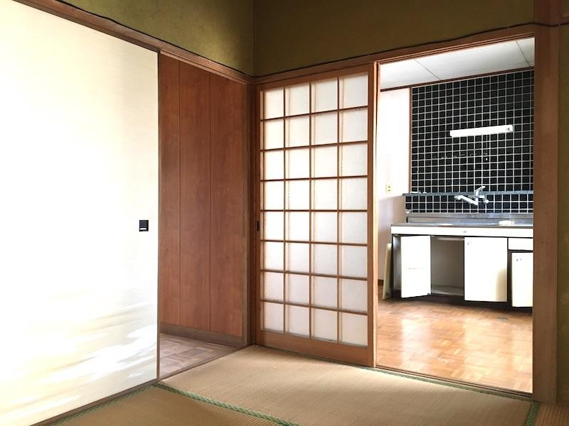 4畳半の部屋から台所と廊下へ。