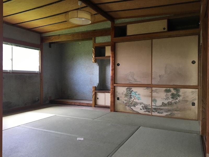 玄関入ってすぐの和室。