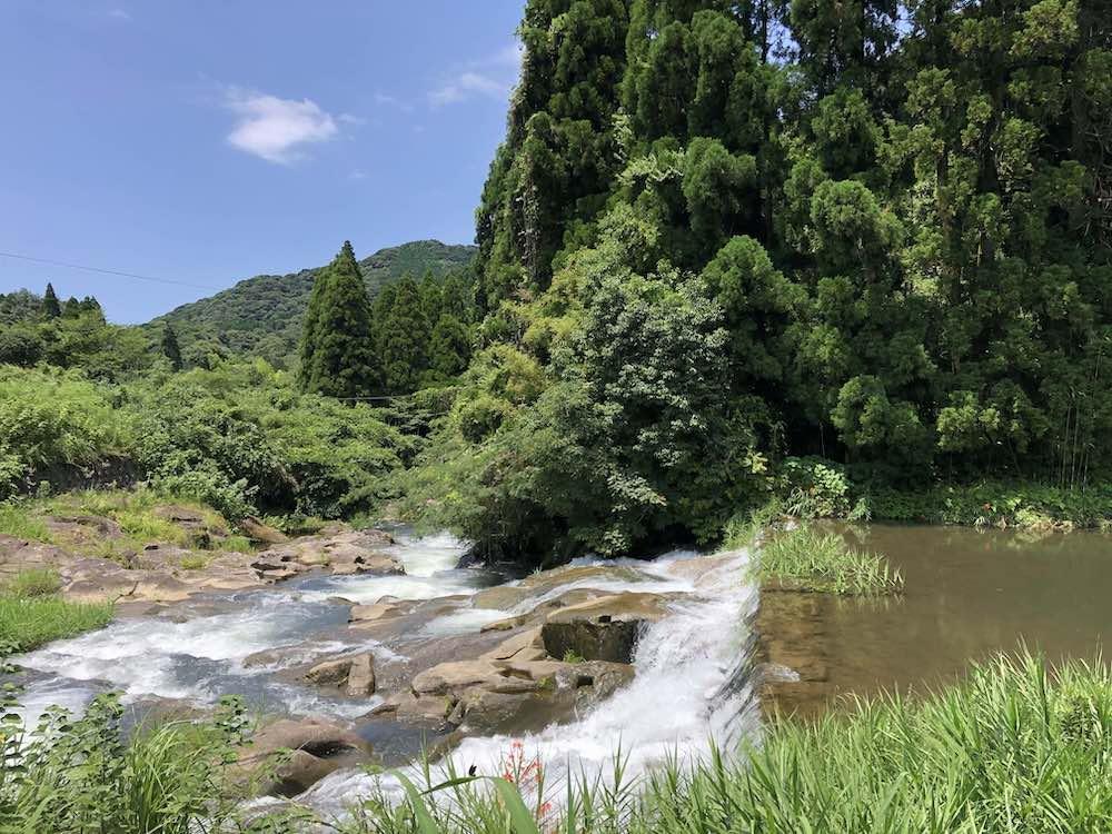 近くに流れる二俣川。夏は川遊びも。