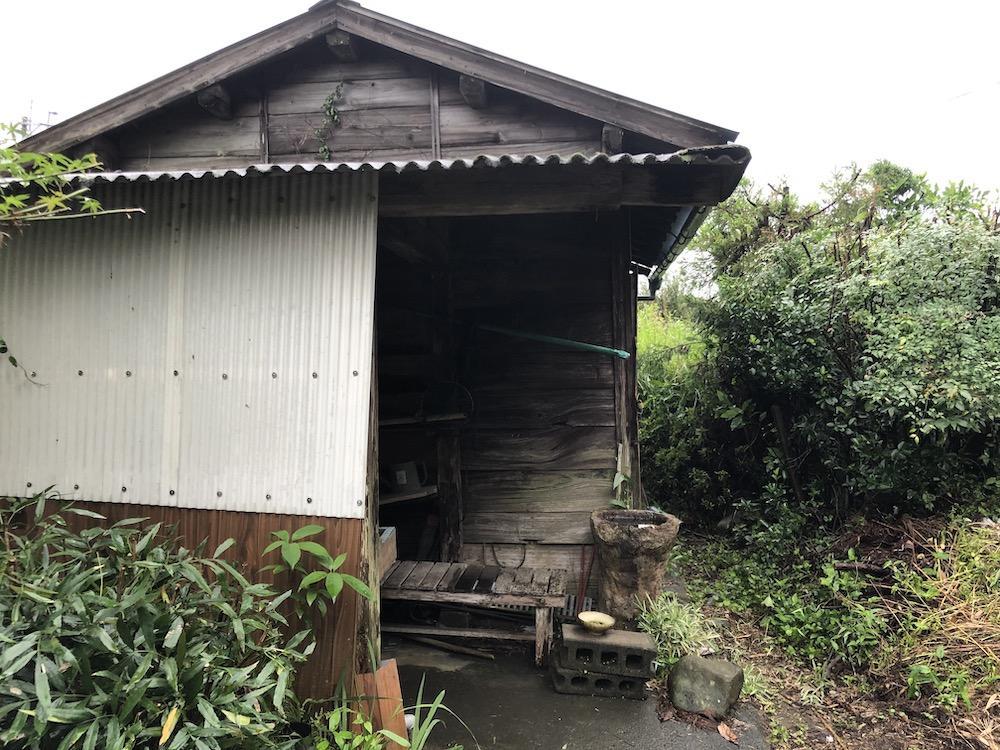 納屋の向かいにも倉庫があります