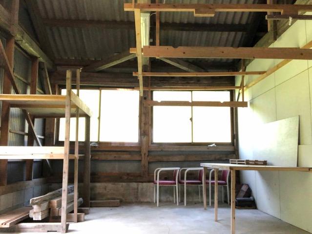 倉庫の中。製作スペースや趣味部屋として。