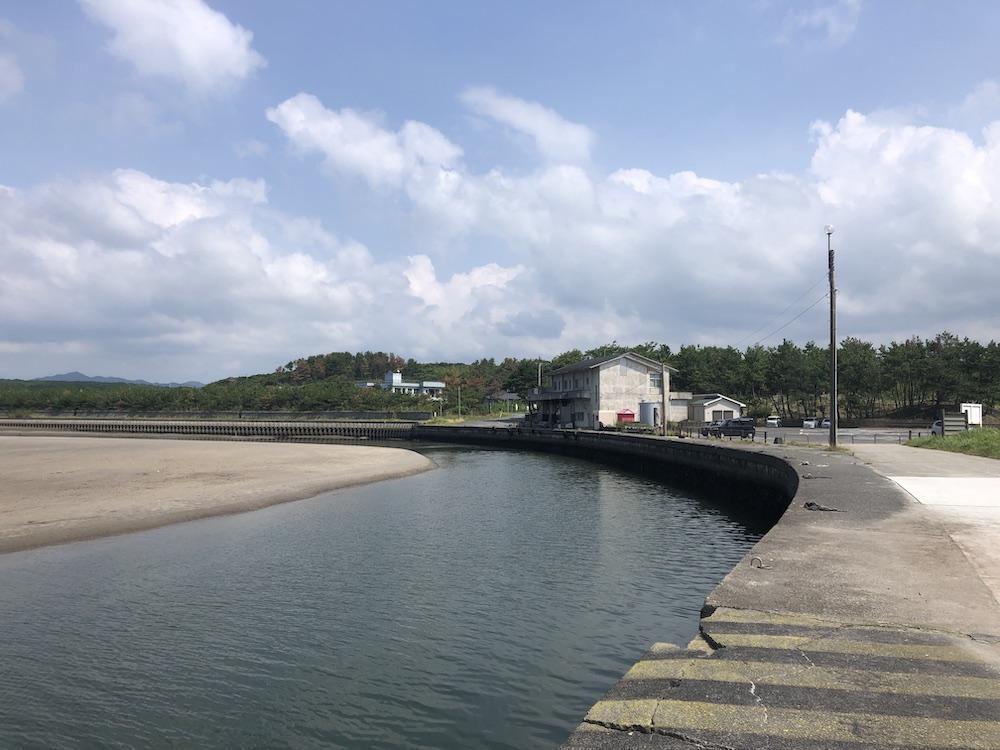 近くにある吹上漁港。お魚たくさんいます。