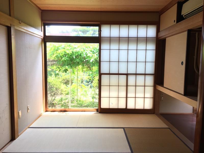 大きな窓のおかげで部屋が広く感じます。