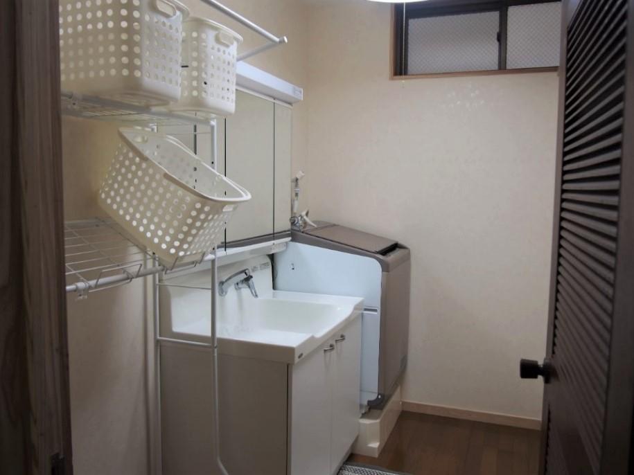 共用のシャワー付独立洗面台・洗濯乾燥機が2ヶ所にある。