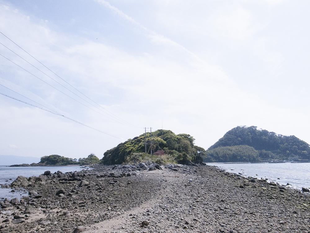 奥に見えるのが弁天島。干潮時は徒歩移動可。