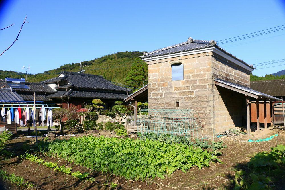 敷地奥から畑と石蔵
