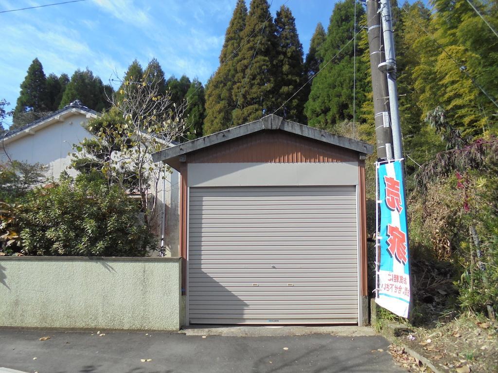 住宅の隣にある倉庫。軽自動車専用の車庫としても使える。