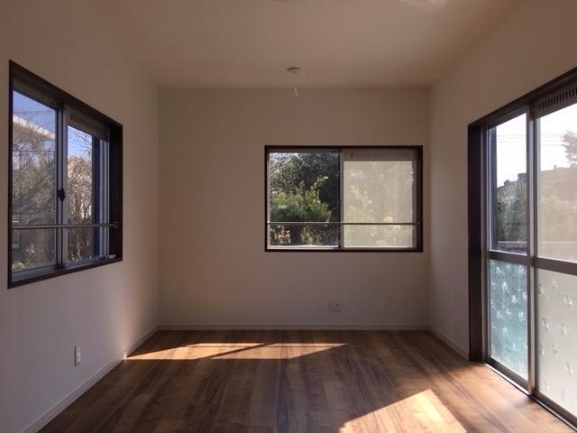 明るい陽射しが入り込む、大きな窓。