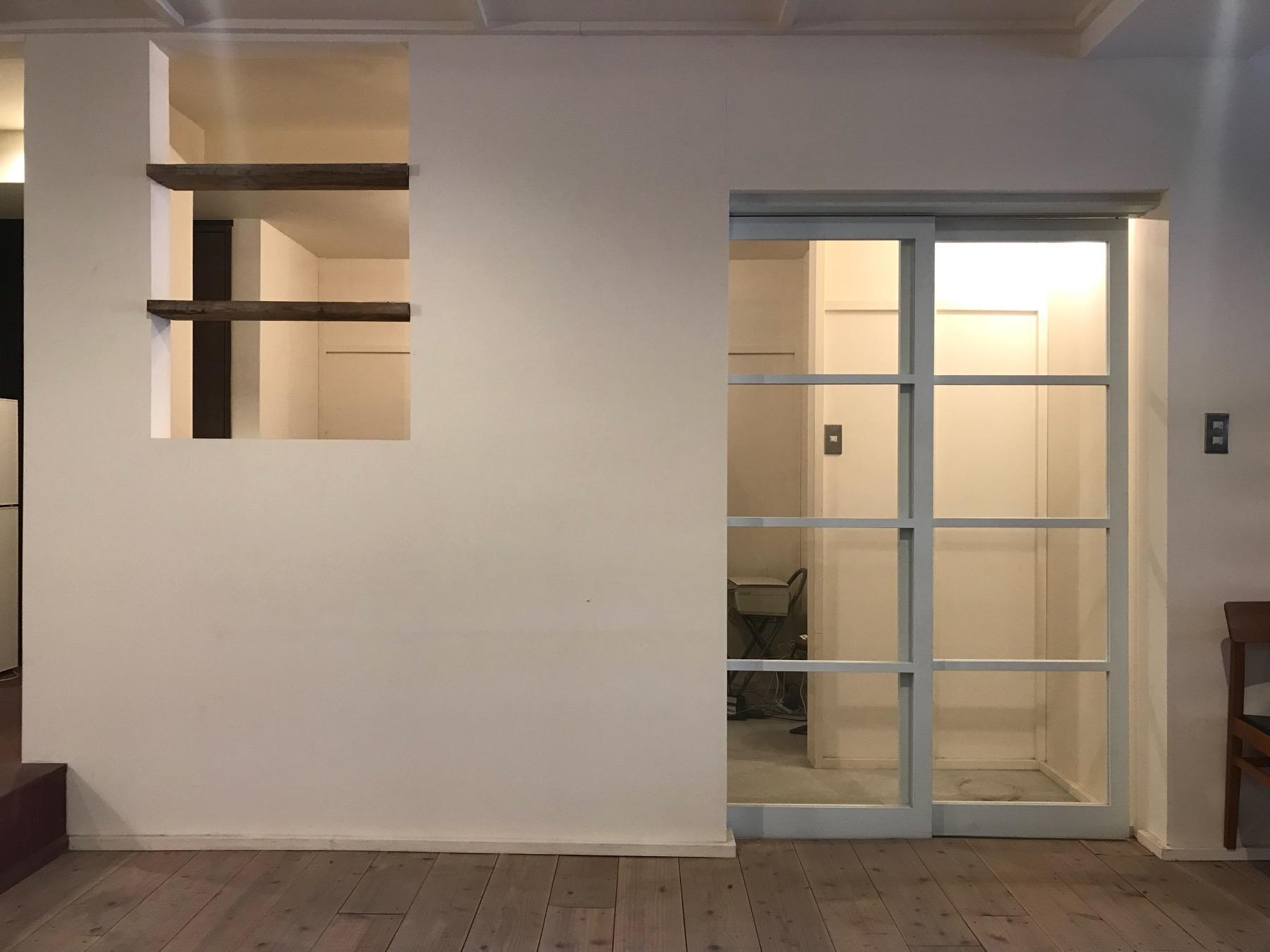 白塗りの壁に古材の床板