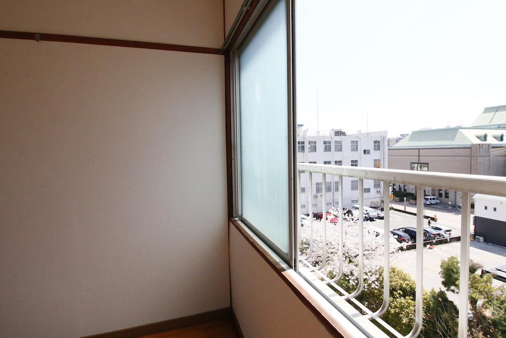 南側の窓からも桜が見えます