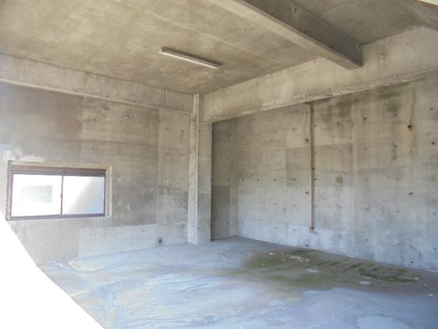 車が2台駐車できる広さの1階スペース