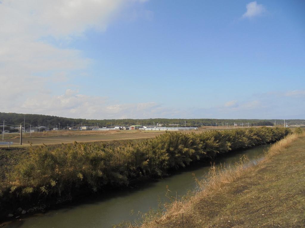 穏やかな万之瀬川が流れる、のどかな地域