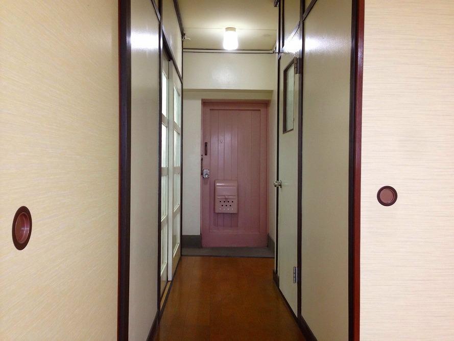 淡い桃色の玄関ドア