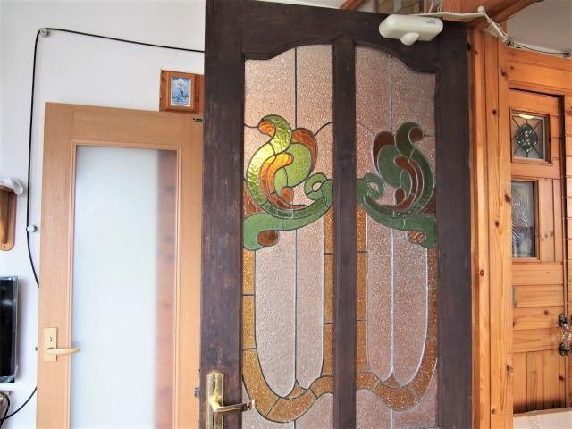 ダイニングと洋室を仕切るドアもステキ。観音開きというのも面白い。