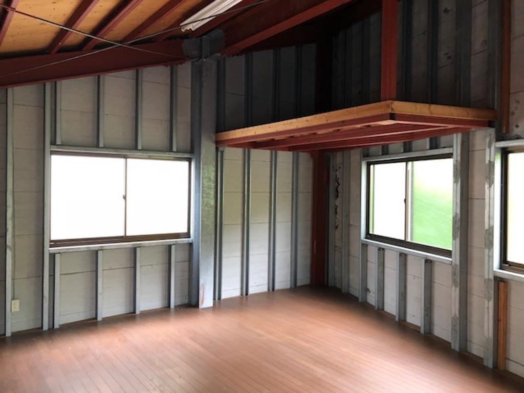住居に併設する鉄骨造りの倉庫、男前