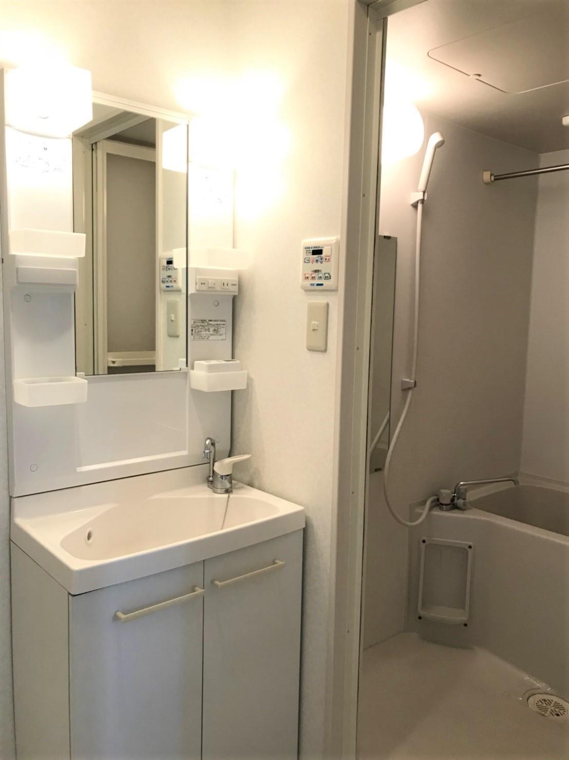 独立洗面化粧台もあります。浴室もキレイ