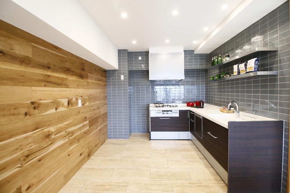 ナラの無垢材が贅沢に貼られたキッチン