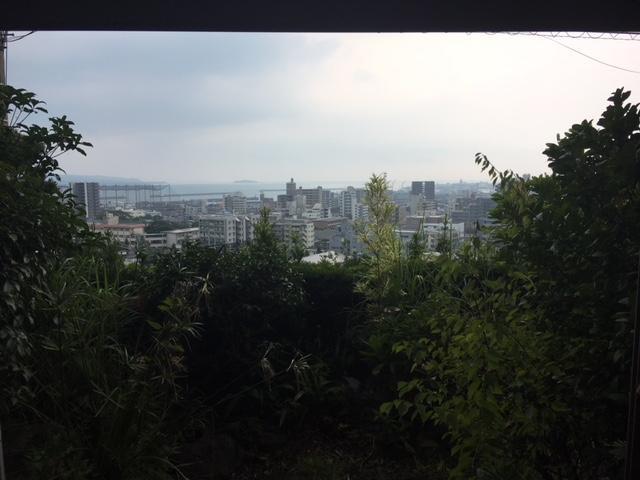 庭の奥に広がる鹿児島市