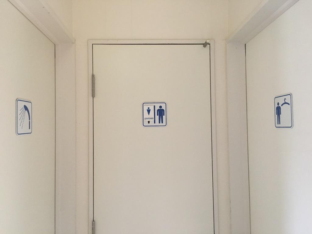 左:シャワールーム、中央:トイレ、右:更衣室