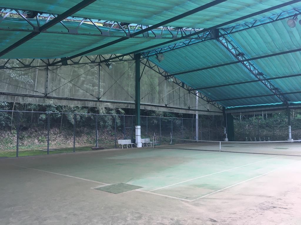 照明付き屋内テニスコート