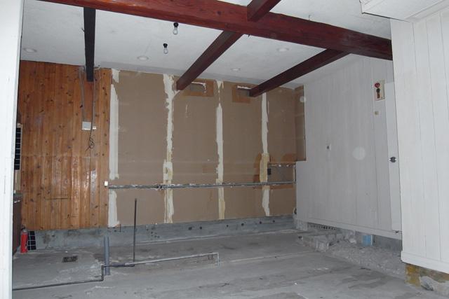 天井に化粧梁が見える内部。