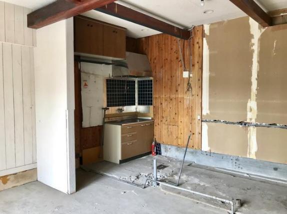 オープンキッチン。要改修工事。