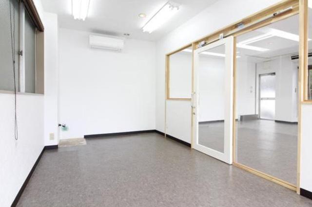 事務所スペースに最適な小個部屋付き。