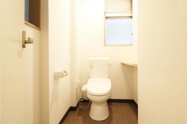 通路奥の洋式トイレ。