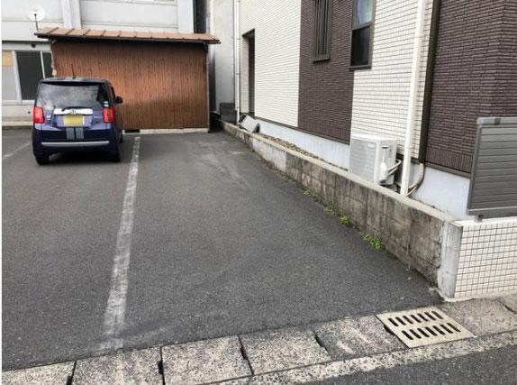 裏手側の縦列駐車スペース