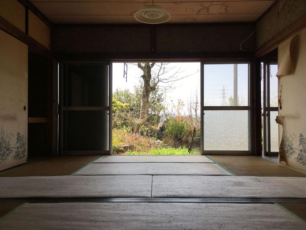 南北につながる和室から庭を眺めて